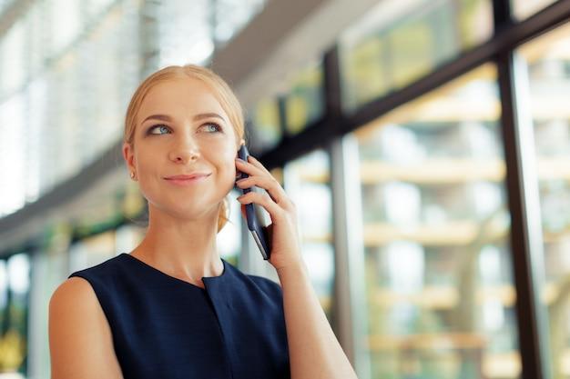 Mujer, utilizar, teléfono móvil