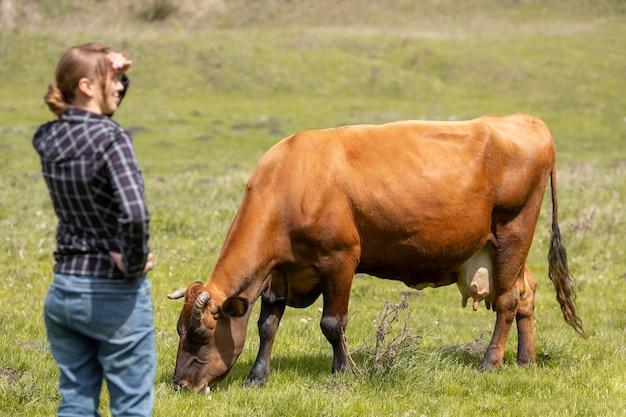Mujer con una vaca en la granja