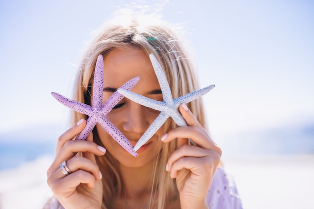 Mujer en unas vacaciones con una estrella de mar