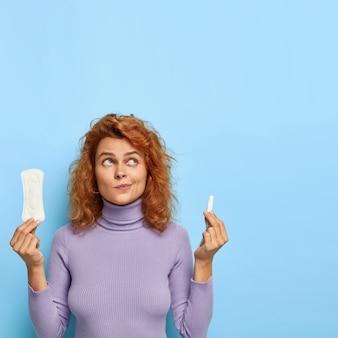Mujer vacilante piensa qué mejor elegir durante los días críticos