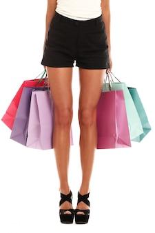 Mujer con varias bolsas coloridas de compras