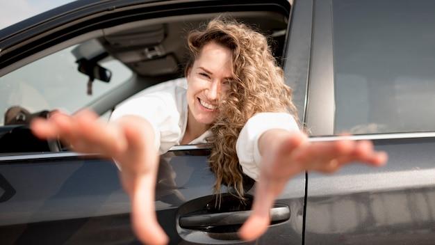 Mujer en un vehículo sonriendo