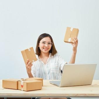 Mujer vendiendo productos en línea en casa