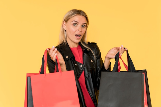 Mujer en venta de viernes negro cara sorprendida