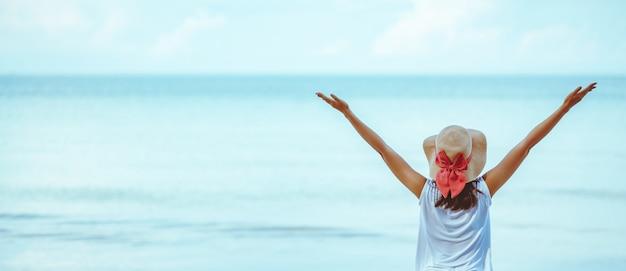Mujer verano relajarse vacaciones