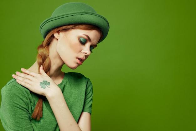 Mujer en verde, día de san patricio, verde trébol de cuatro hojas, pared verde