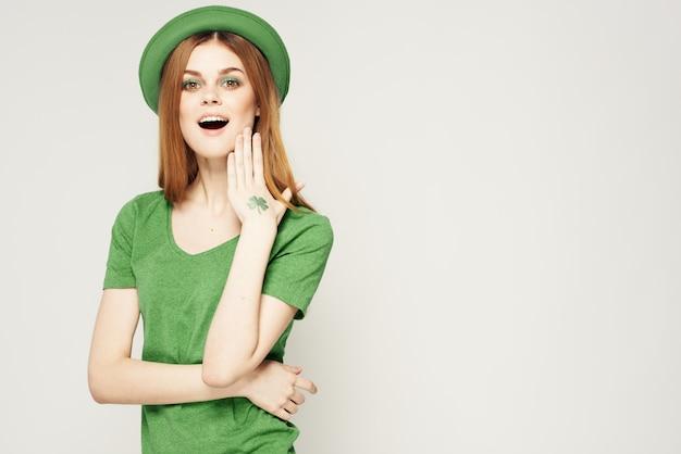 Mujer en verde, día de san patricio, verde trébol de cuatro hojas