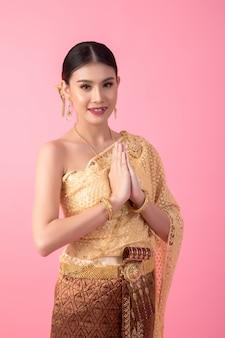 Una mujer vestida con un antiguo vestido tailandés.