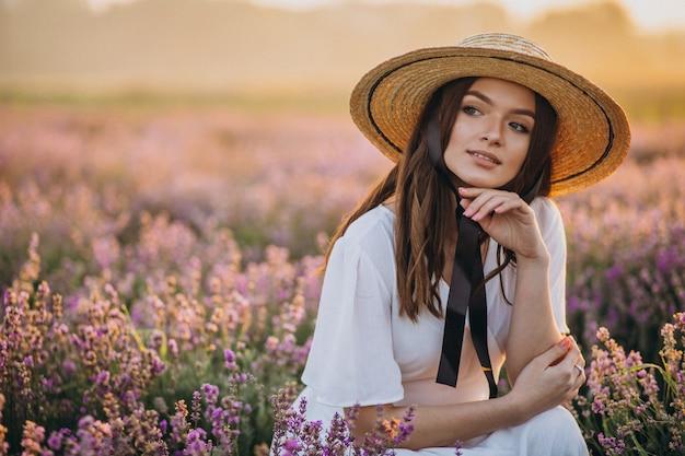 Mujer vestida de blanco en un campo de lavanda