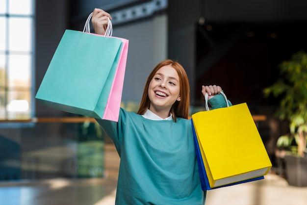 Mujer vestida casual con bolsas de papel