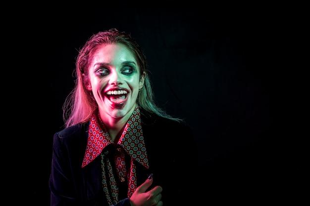 Mujer vestida como bromista riéndose histéricamente