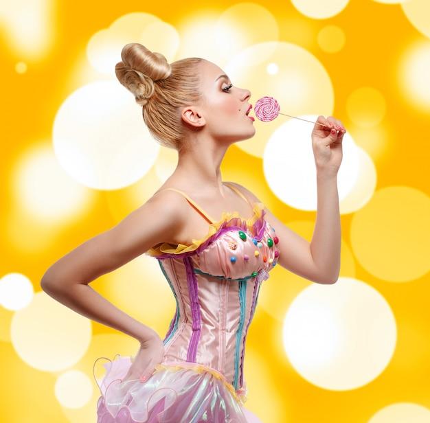 Mujer vestida como una muñeca con piruleta.
