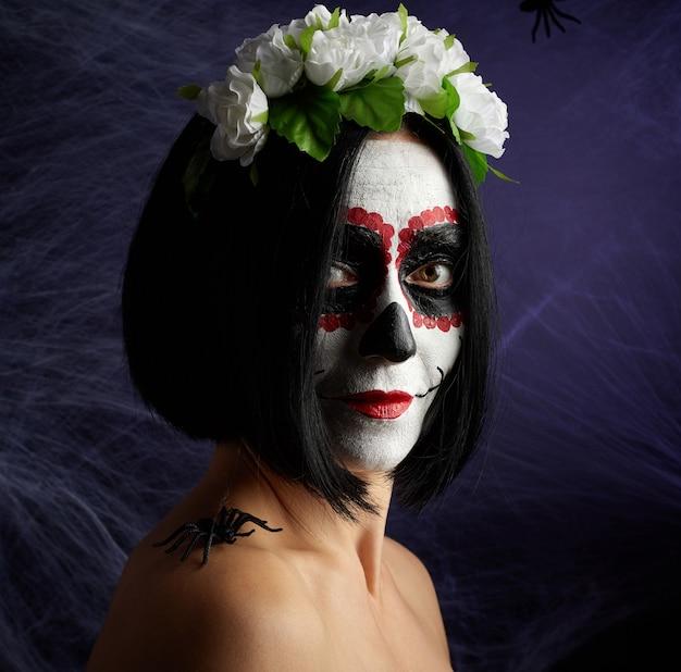 Mujer vestida con una corona de rosas con maquillaje de halloween