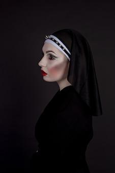 Mujer vestida con una monja sexy malvada