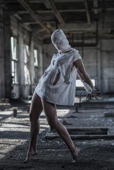 Mujer vestida de monstruo con cara vendada