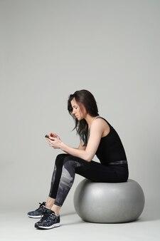 Mujer vestida de negro haciendo ejercicio