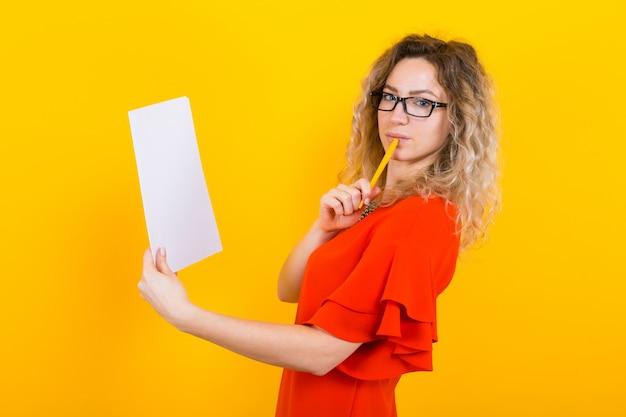 Mujer vestida con papel en blanco y lápiz