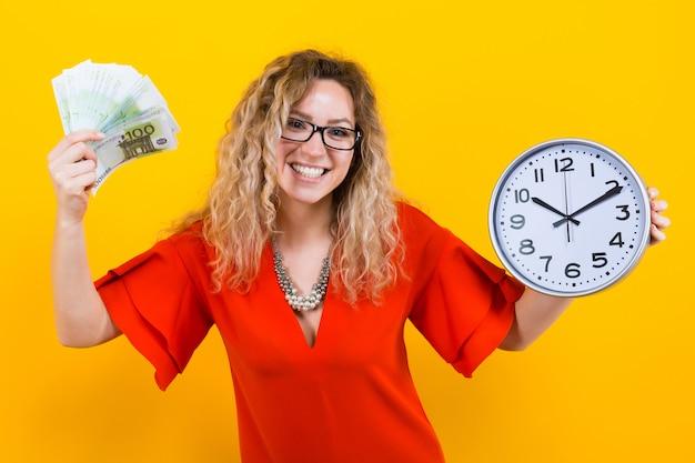 Mujer vestida con relojes y abanico de billetes