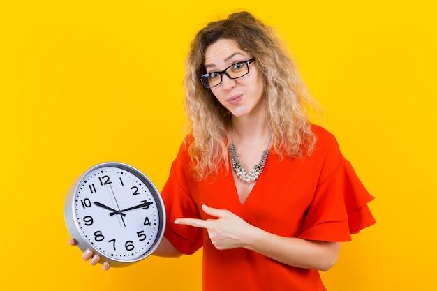Mujer vestida con relojes