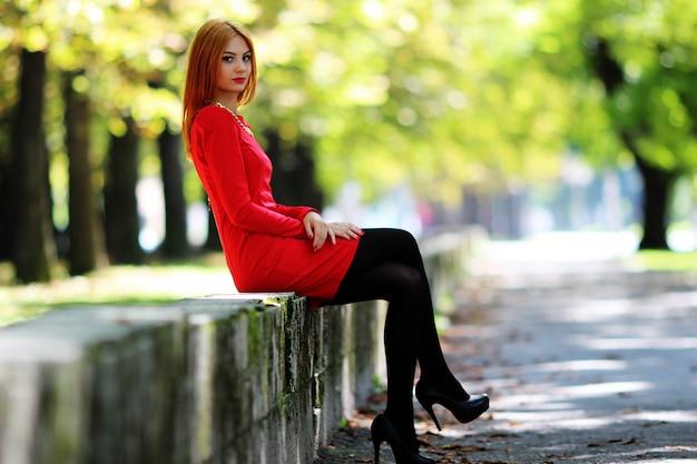 Mujer vestida de rojo en la calle