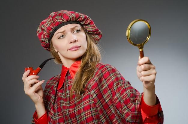 Mujer vestida con ropa tradicional escocesa.
