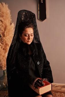 Una mujer vestida con el traje tradicional de semana santa en andalucía, españa