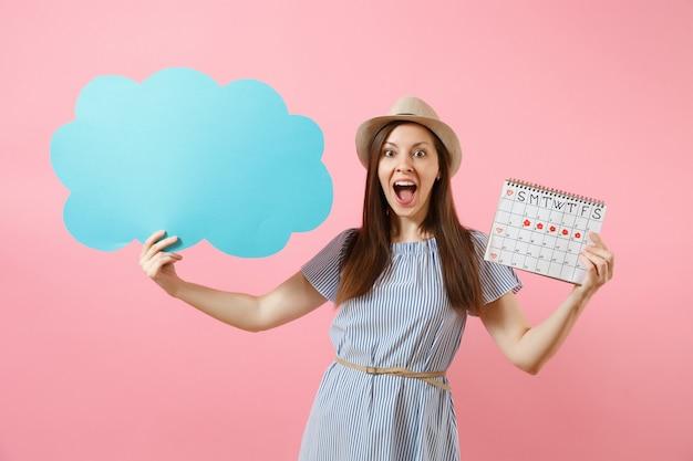 Mujer con vestido azul, sombrero con espacio en blanco vacío diga nube, bocadillo, calendario de períodos femeninos, comprobando los días de menstruación aislados en el fondo. concepto ginecológico de atención médica. copie el espacio.