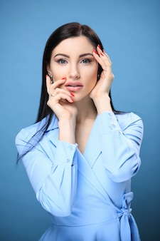 Mujer en vestido azul