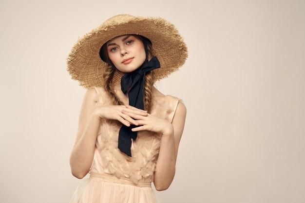 Mujer con un vestido beige y un sombrero