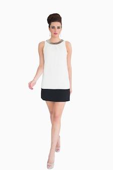Mujer en vestido blanco caminando