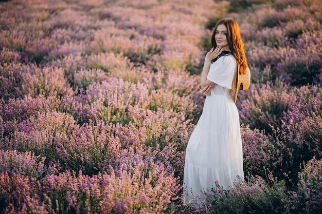 Mujer con vestido blanco en un campo de lavanda