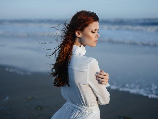 Mujer en vestido blanco playa viajes vacaciones paisaje