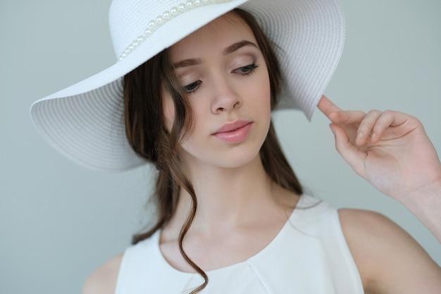Mujer en un vestido blanco