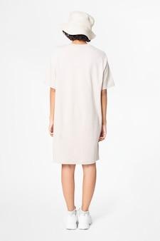 Mujer en vestido de camiseta blanca y ropa casual de sombrero de cubo