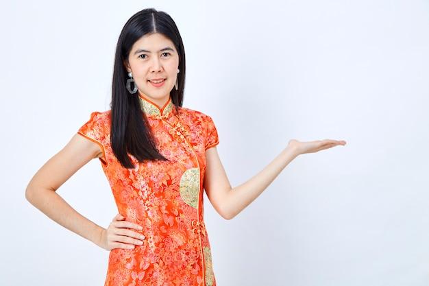 Mujer en vestido chino año nuevo