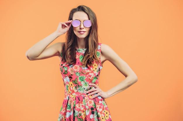 Mujer en vestido de flores