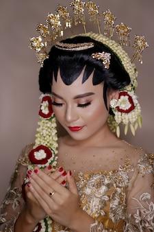 Mujer en vestido de novia tradicional javanesa