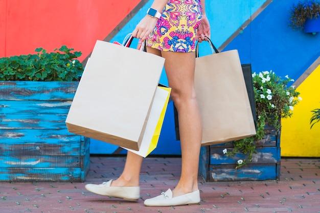 Mujer en vestido con paquetes de compras