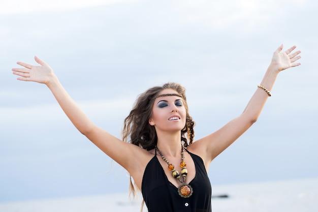 Mujer en un vestido en una playa