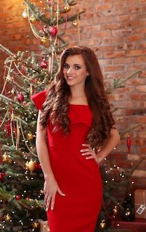 Mujer en vestido rojo