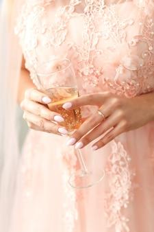 Mujer en vestido rosa
