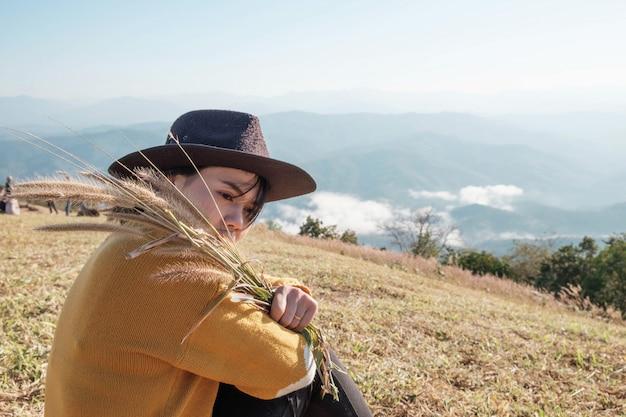 Mujer viaja sola en las montañas