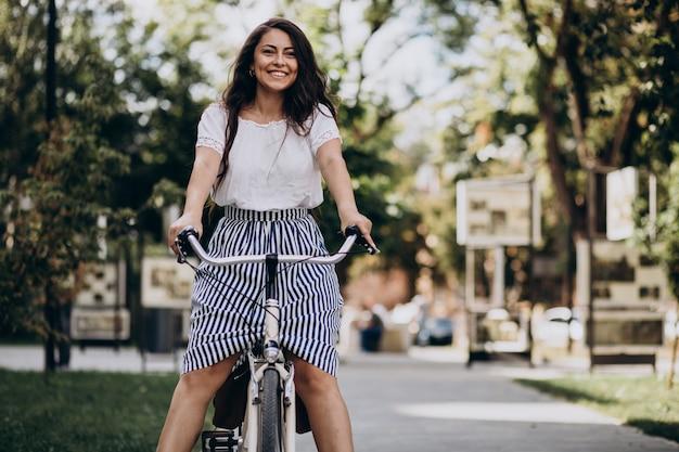 Mujer viajando en bicicleta en la ciudad