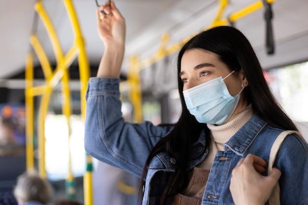 Mujer viajando con máscara