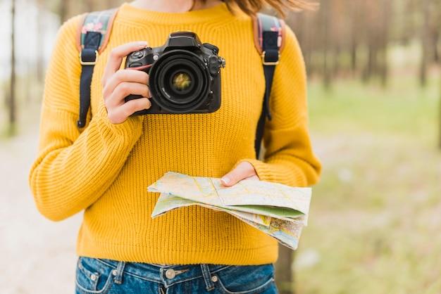 Mujer viajando sola con cámara
