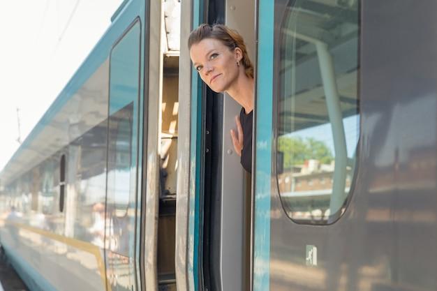 Mujer viajando en tren