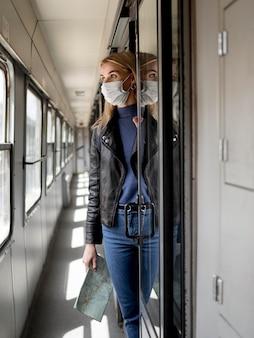 Mujer viajando con tren