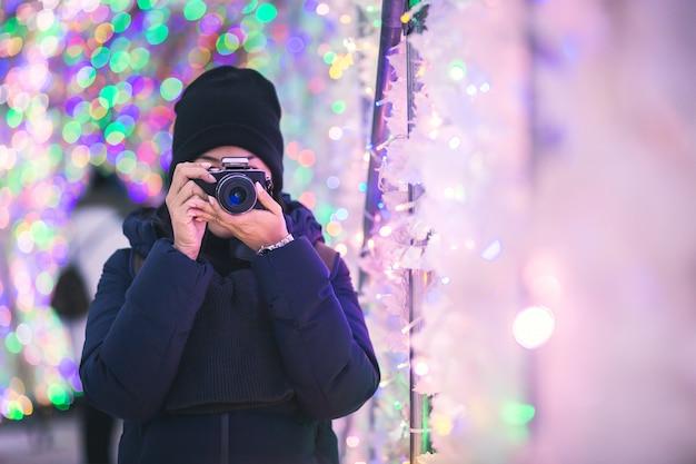 Mujer de viaje en temporada de invierno