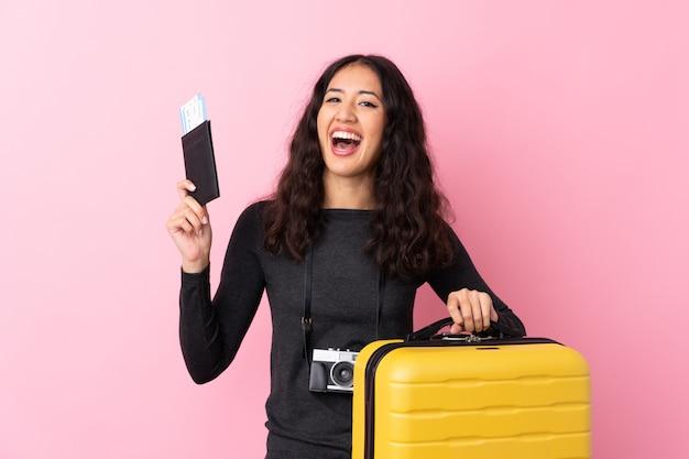 Mujer viajera con una maleta