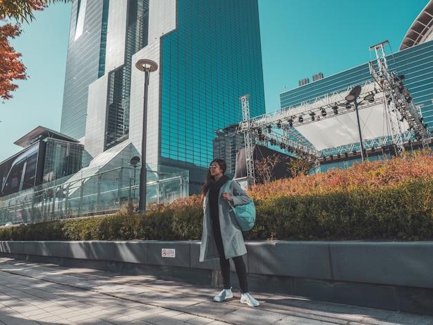 Mujer viajera en otoño seúl